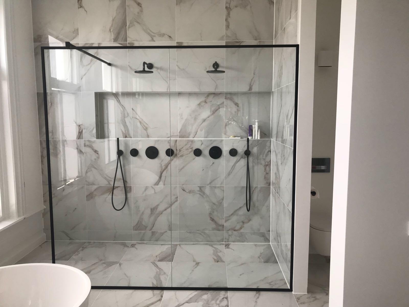 Glazen Wand Douche : Prachtige maatwerk glazen douchewand in zwart frame dullcon